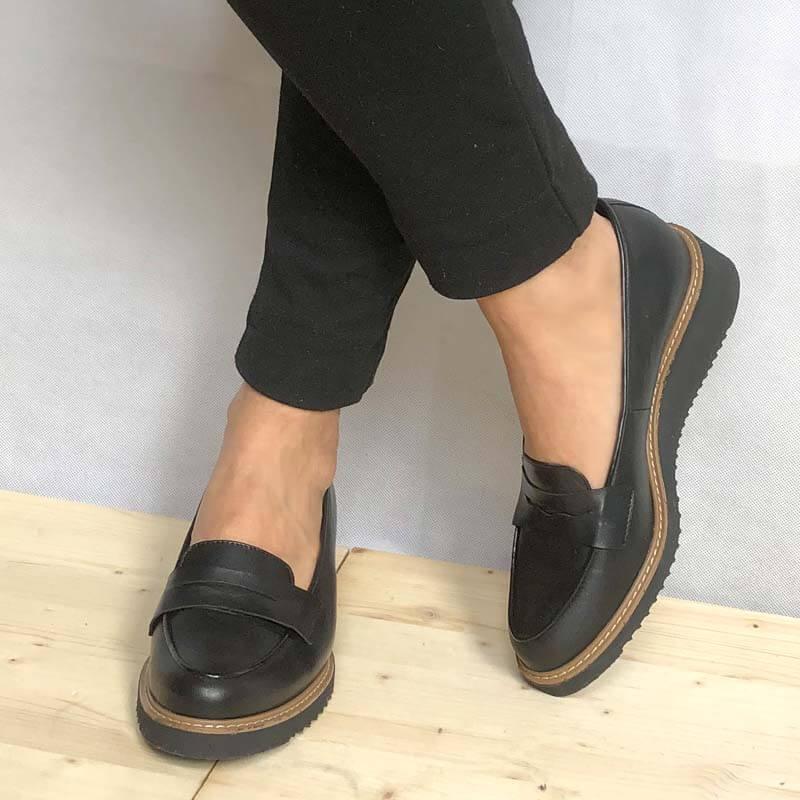 Foto 2 schwarze Loafer mit Keilabsatz stehend und angezogen kombiniert mit schwarzer Hose. Modell 514