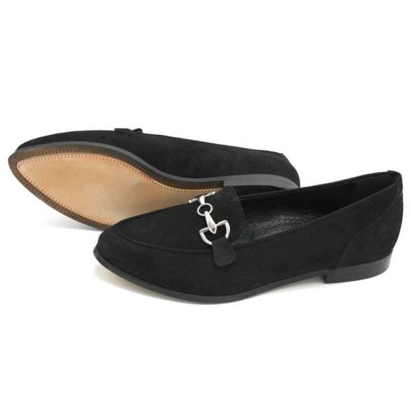 Foto 2 Loafer schwarz nach links zeigend. Einer liegend, so dass die Sohle zu sehen ist, Modell 516
