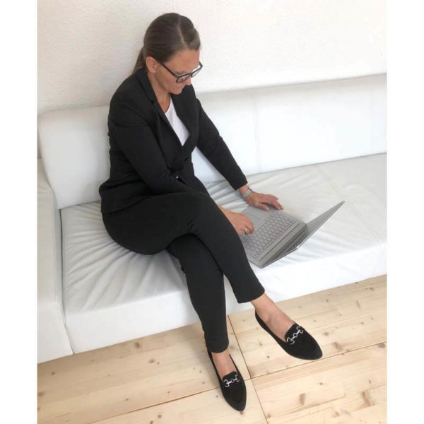 Foto 2 Loafer schwarz angezogen in Kombination mit schwarzer Hose und Jacket. Modell 516