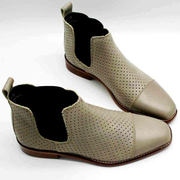 Foto luftige Stiefelette in Taupe - die Schuhspitzen zeigen zueinander_Modell 471