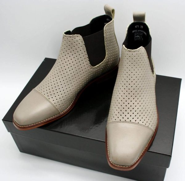 Foto luftige Stiefelette in Taupe - beide Chelseas stehen auf schwarzem Schuhkarton_Modell 471