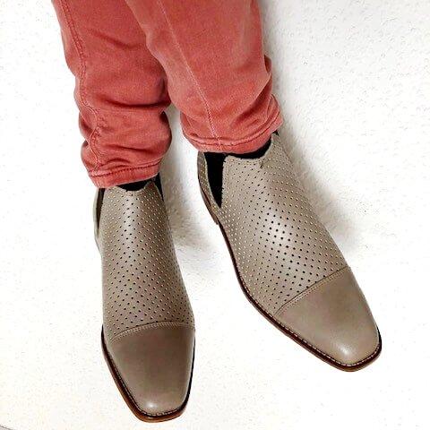 Foto luftige Stiefelette in Taupe - an Beinen mit roter Hose_Modell 471