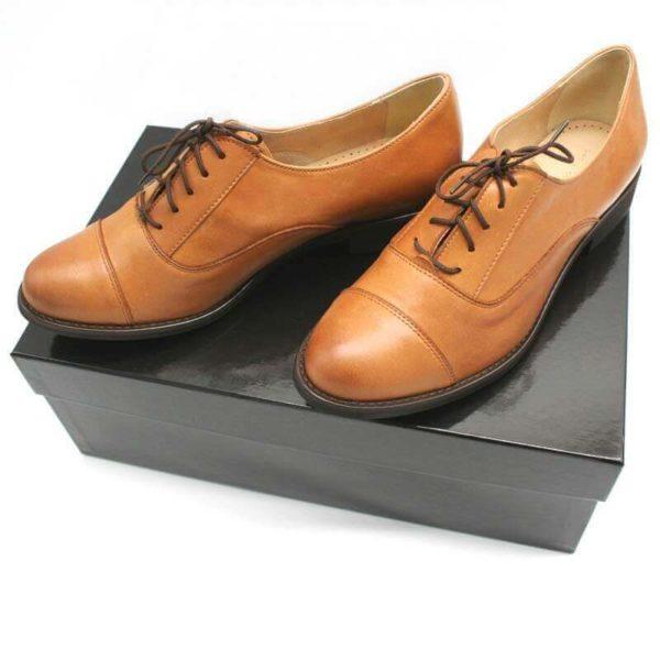 Foto von Oxford Cognac - 2 Damen Halbschuhe mit Oxfordschnürung nach schräg vorne links zeigend auf schwarzem Schuhkarton_Modell 530