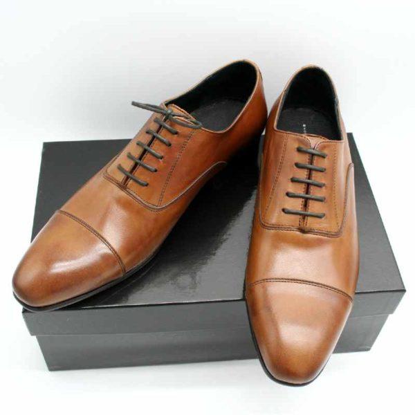 Foto Oxford braun zwei Herrenschuhe auf schwarzem Schuhkarton_Modell 336