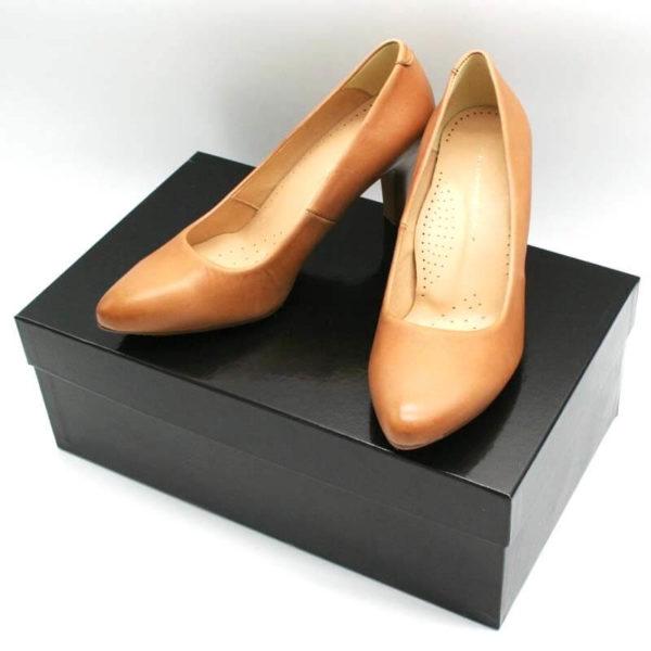 Foto Pumps Cognac beide auf schwarzem Schuhkarton stehend_Modell 531