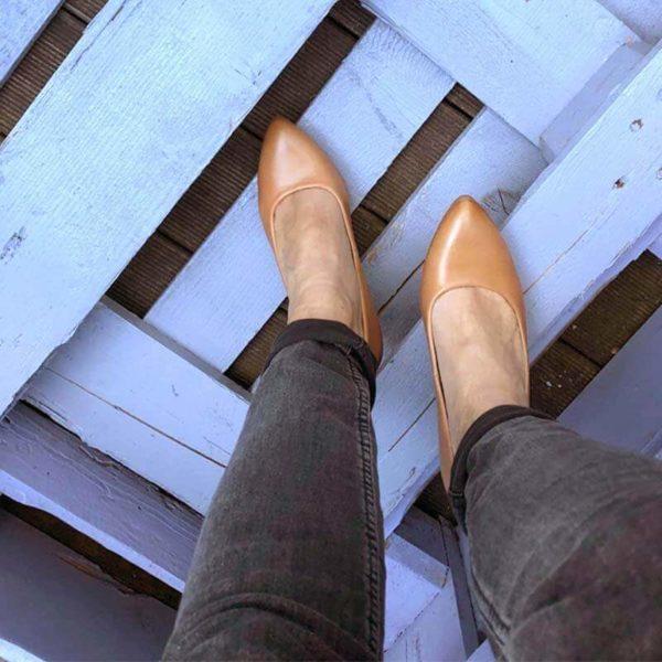 Foto Pumps Cognac Sicht on oben an den Beinen runter zum Fuß auf blauem Holz stehend_Modell 531