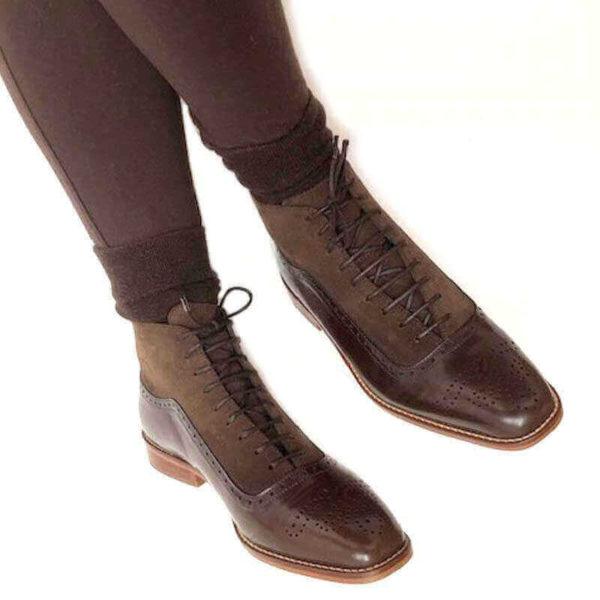 Foto Schnürstiefelette braun. Angezogen mit brauner Hose und braunen Socken. Modell 426-3