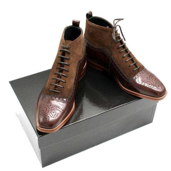 Foto Schnürstiefelette braun beide auf schwarzem Schuhkarton stehend. Modell 426-8