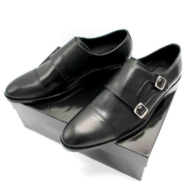 Foto Schnallenschuhe Herren schwarz beide auf schwarzem Schuhkarton_Modell 382
