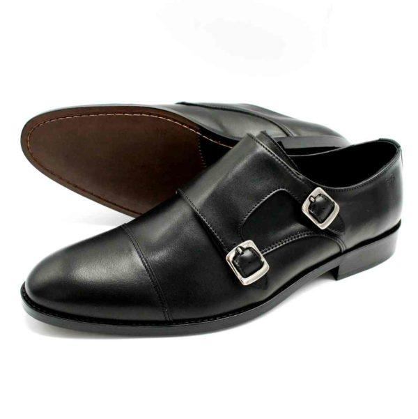Foto Schnallenschuhe Herren schwarz einer liegend, so dass die Ledershohle zu sehen ist, der andere seitlich stehend_Modell 382