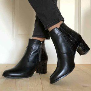Foto Schwarze Stiefeletten an verschränkten Beinen_Modell 711