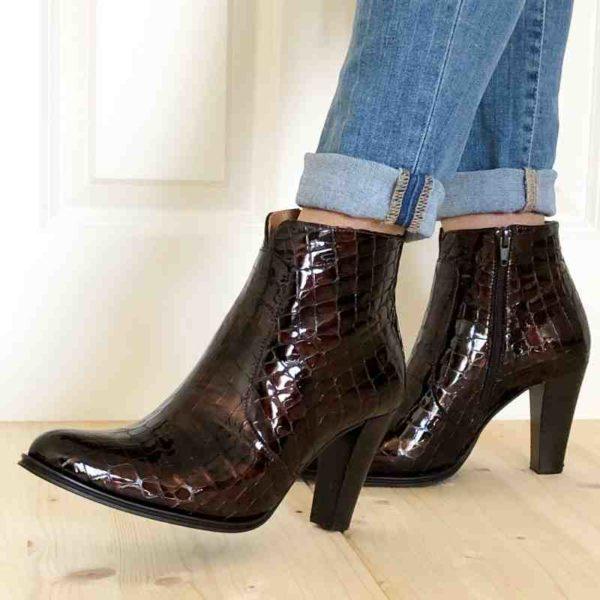 Foto von Stiefeletten Kroko an Beinen mit heller Jeans_Modell 721