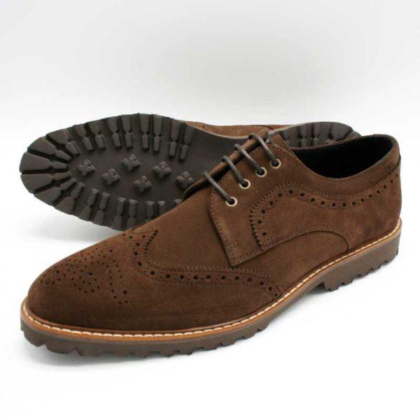 Foto von zwei Wildleder Budapester Schuhe, einer liegend, so dass die Profilsohle zu sehen ist, der andere stehend_Modell 333