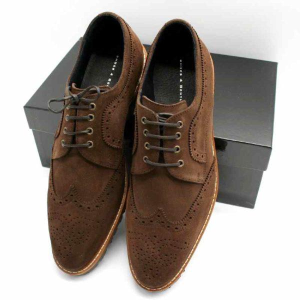 Foto von zwei Wildleder Budapester Schuhen angelehnt an schwarzem Schuhkarton, Schuhspitze nach unten_Modell 333