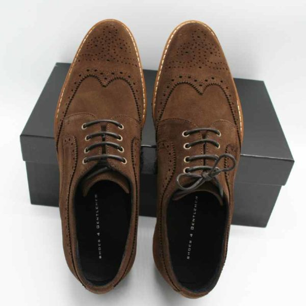 Foto von zwei Wildleder Budapester Schuhen angelehnt an schwarzem Schuhkarton, Schuhspitze nach oben_Modell 333