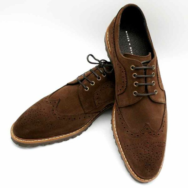 Foto von zwei Wildleder Budapester Schuhen, einer auf den anderen angelehnt_Modell 333