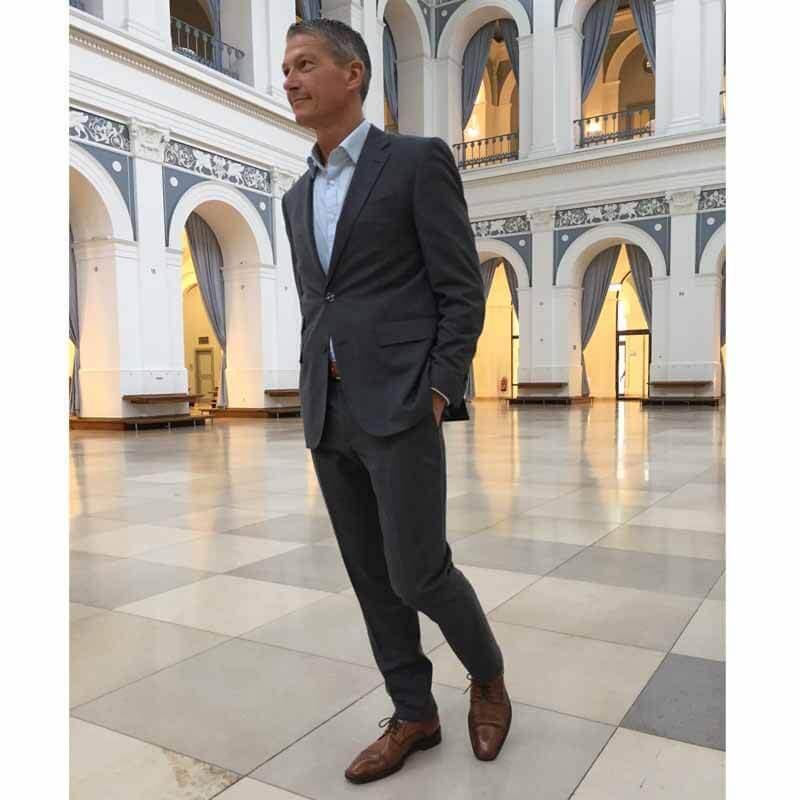 Foto von einem Herrn in grauem Anzug mit braunen Business Schuhen - hier Modell 232 Topmodischer Allrounder